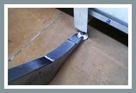 Paso 1: Agarre la pata exterior de la góndola con la barra-palanca FOURMI®.