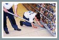 3. Schritt: Stellen Sie die FOURMI unter die Ausstattung, indem Sie die FOURMI®-Rollscheibe unter den Gondelregalfuß schieben