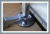 Paso 4: Coloque el ajustador de estanterías o el nivelador de góndolas en la ranura circular de la FOURMI®.
